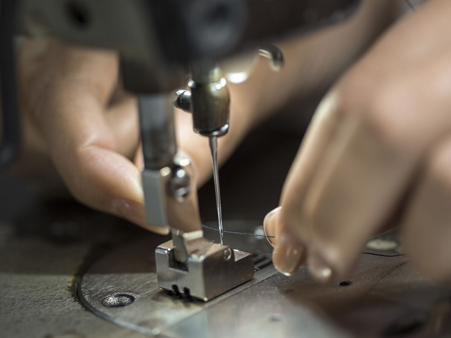 how to thread a sewing machine Thread the Needle